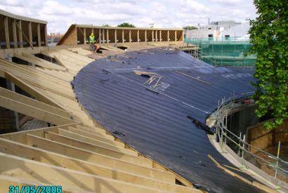 Dach szkoły w Londynie
